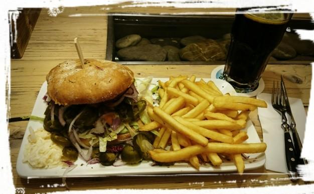 Single-Burger mit Pommes im bratar