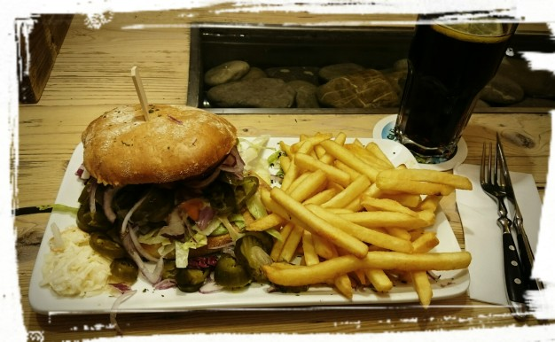 Single-Burger mit Pommes im bratar