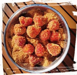 Erdbeeren und brauner Zucker